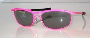 80er Jahre Sonnenbrille in Neon Piunk lackiert mit Doppelsteg und grauen Scheiben