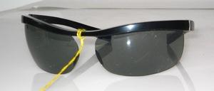 Poppige, halb randlose Balken - Sonnenbrille, Frankreich, 80er Jahre<br /> Farbe: Schwarz<br /> Scheiben: Grau Acryl<br /> Größe: 70/15 - Innenweite: 135 mm