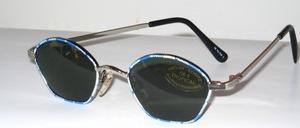 Blau- weiß antiallergisch lackierte Jugend- Sonnenbrille mit Schließblock und grau-grünen G 15 Scheiben