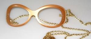 Eine echte 70er  Jahre Azetat Brillenfassung für den ausgefallenen Geschmack ! Die Goldkette mit dem Amulett wird hinter die Ohren gehängt und hält die Brille durch das Gewicht des Schmuck Amulettes