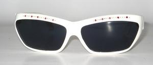 Eine hübsche, weiße Sonnenbrille mit rotem Strassdekor