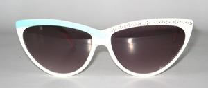 Eine hübsche, weiße - hellblau kaschierte Sonnenbrille mit einseitigem Strassdekor