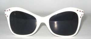 Eine ausgefallen hübsche, weiße Sonnenbrille mit kleinem Strassdekor