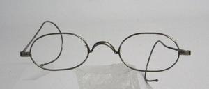 Eine echt alte Nickelbrille mit  feinen langen Gespinstbügeln, dürfte um die<br /> Jahrhundertwende produziert worden sein