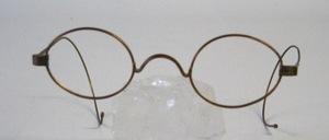 Für Nickel Allergiker: ca 100 Jahre alte, ovale original Schubertbrille aus einer Messing - Kupfer  Legierung, mit langen Gespinstbügeln für Erwachsene<br /> War in Frankreich produziert und 100 Jahre im Keller gelegen