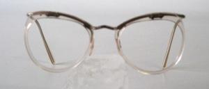 Eine alte Brillenfassung in Jugendgröße aus den 30er Jahren in fabrikneuem Zustand