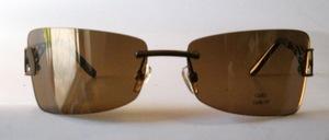 Eine sehr elegante randlose Metall Sonnenbrille mit dekorativ gearbeiteten Bügeln