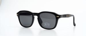 Eine sehr coole, schwarze, stabile unisex Sonnenbrille mit goldenen Ziernieten und flexiblen Bügeln