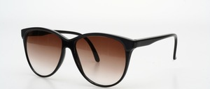 A chic, big pair of sunglasses in a subtle and feminine look