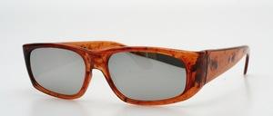 Eine schicke, rechteckige Sonnenbrille in edler Bernsteinfärbung