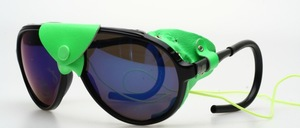 Eine sportliche Gletscherbrille mit seitlichem Lederschutz und perfektem Sitz dank anti allergische überzogenen Sportbügeln