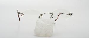 Eine feine, dünne und leichte randlose 4-Loch Bohrgarnitur mit Schraubenlosen Bügelscharnieren