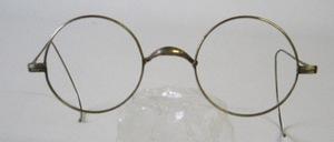 Eine echt alte runde Nickelbrille mit  feinen langen Gespinstbügeln, dürfte aus den 30er Jahren sein