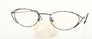 Eine feine, fast ovale Brillenfassung für Damen aus Metall