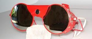 Runde rote Gletscherbrille mit rotem Nasen- und Seitenleder
