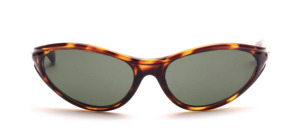 A sporty, slightly curved unisex sunglasses