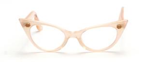 50er Jahre Vintage Cat Eye Brille in einem zarten Rosaton mit goldenen Ziernieten vorne und an den Bügeln