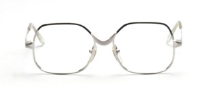 Strong female Frame in silver with a pronounced nose bridge in matt silver