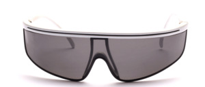 Sporty, windproof sunglasses with slightly curved discs