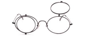 Ovale Metallfassung mit runden Clips die einzeln zum hochklappen sind