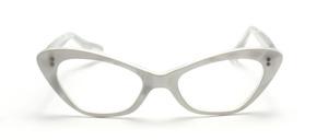 Transparente  Vintage Cat Eye Brille mit einer Perlweißen Oberfläche und Sternförmigen Ziernieten vorne und an den Bügeln
