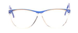 Große 90er Jahre Damenbrille in Transparent mit einem blauen Oberrand und blauen Bügeln