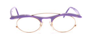 The bestseller of the '90s par excellence is this LA Eyeworks heavily inspired Frame in gold with a top bar and temples in purple