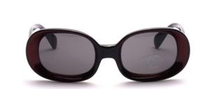 Schöne Sonnenbrille mit einem breiten Rand
