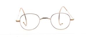 Nickelbrille aus den 1940er Jahren in angedeuteter Pantoform mit W-Steg, also ohne Nasenpads, und mit Gespinstbügeln