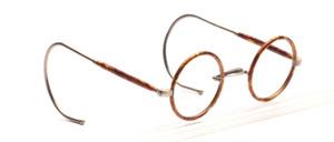 Runde Kinderbrille aus den 1930er Jahren in Silber mit hellbraunem Windsorrand und halb überzogenen Gespinstbügeln in 145 mm Länge