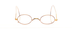 Schubertbrille aus Messing in einem Rotgold Ton mit W-Steg, also ohne Nasenpads, und mit Gespinstbügeln