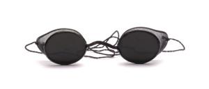 Antike Schutzbrille für Dampflokomotiv Führer zum Schutz vor Kohlenstaub mit hauchdünnen Drahtgitter als Seitenschutz und dünner Halteschnur