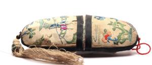 Ein handgenähtes alte Chinesisches Papier Brillenetui auf dem die Bilder mit bunten Fäden quasi aufgenäht sind