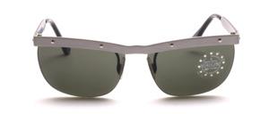 Sonnenbrille mit matt grauem Metall Oberbalken und schwarzen Metallbügeln