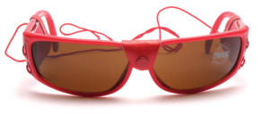 Red sunglasses with side protection and elastic band