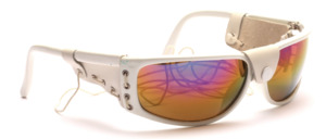 Sunglasses in white with side protection and elastic band